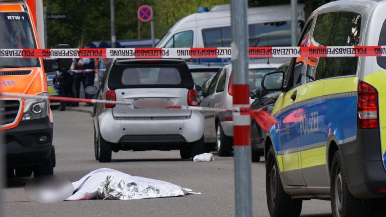 Stuttgart: Ein zugedeckter Leichnam liegt auf einer Straße
