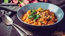 Hülsenfrüchte: Ein Teller mit Kichererbsen steht auf einem Tisch