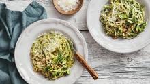 Gemüse: Teller mit Zucchini-Nudeln stehen auf einem Tisch