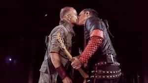 Moskau: Rammstein-Gitarristen küssen sich auf Bühne – und setzen Zeichen gegen Homophobie
