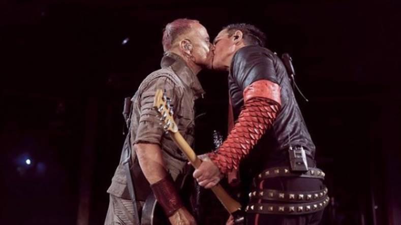 Konzert in Moskau: Rammstein-Gitarristen küssen sich auf Bühne – und setzen Zeichen gegen Homophobie