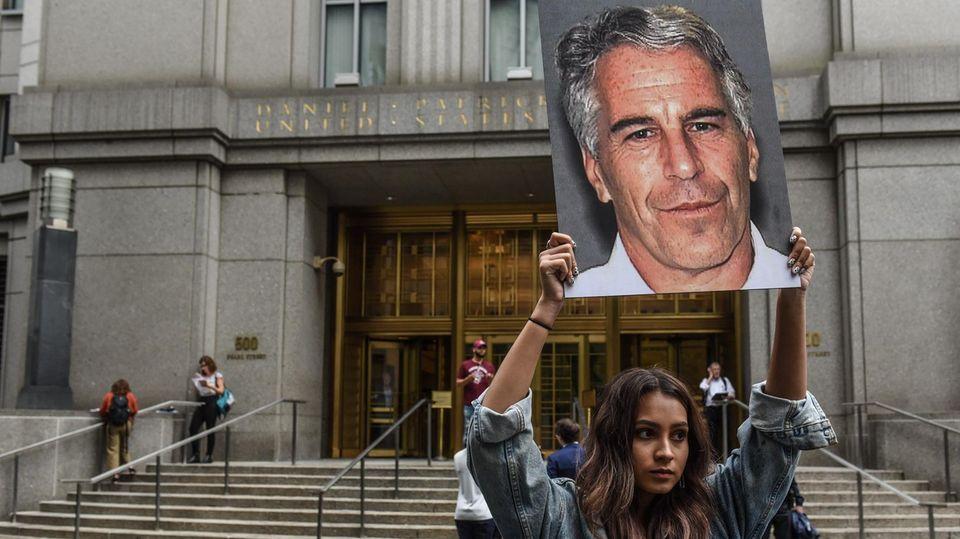 Protest gegen Jeffrey Epstein vor dem Gebäude des Bundesgerichts in New York: Der wegen Kindesmissbrauchs angeklagte Milliardär soll weitreichende Pläne gehabt haben, seine DNA zu verbreiten.