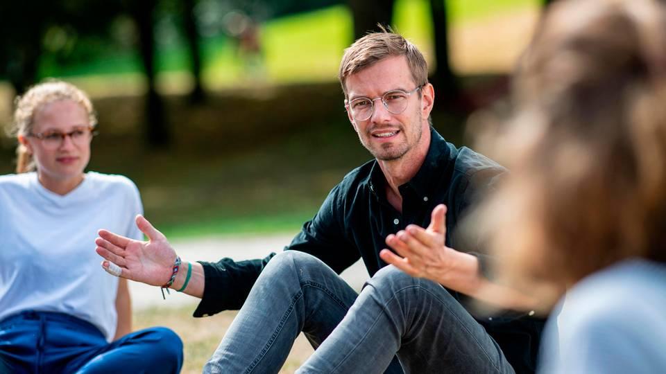 """Joko Winterscheidt diskutiert mit Teilnehmern des""""Fridays for Future""""-Kongresses in Dortmund"""