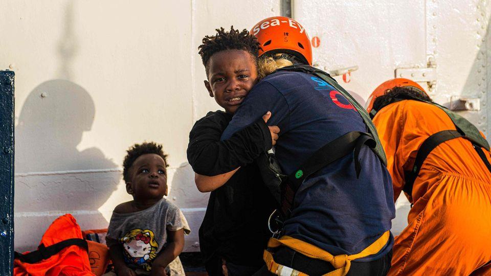 """""""Sea-Watch""""-Mitarbeiter bringen aus dem Mittelmeer gerettete Kinder an Bord der """"Alan Kurdi"""""""