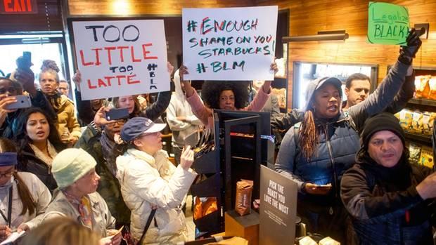 Im vergangenen Jahr riefen Angestellte in einer Starbucks-Filiale in Philadelphia die Polizei, weil zwei schwarze Männer dort warteten, ohne Kaffee zu bestellen. Es folgten laute Proteste, wie hier ebenfalls in Philadelphia. Die Kaffee-Kette entschuldigte sich.