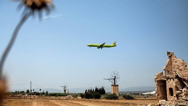 Einflugschneise: Minütlich fliegen Maschinen den Airport von Palma an – immer über trockenes Land hinweg