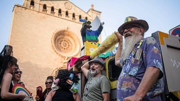 Protestbewegung: Einheimische tragen eine selbst gebastelte Pappfigur durch Palma. Es soll ein Schutzheiliger gegen Müll, Luftverschmutzung – und Wohnungsnot sein.