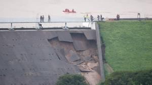 Teile des Damms bei Whaley Bridge sind bereits abgebrochen
