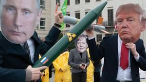 Putin- und Trump-Masken mit Atomraketen - INF-Vertrag läuft aus