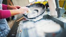Sie sollten Geschirr nicht vorspülen  Wer sein Geschirr per Hand vorspült, der verschwendet unnötig Wasser, Energie und Spülmittel. Sie müssen das nicht tun. In der Regel wird das Geschirr auch in der Maschine ohne Vorspülen sauber.