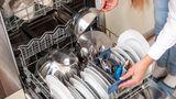 Geschirrspüler erst voll machen, dann spülen  Nur ein voll beladener Geschirrspüler ist effizient. Achten Sie darauf, dass alle Flächen im Spüler gefüllt sind, so sparen Sie Wasser und sorgen dafür, dass die Maschine gleichmäßig reinigt und fleckenfrei trocknet.
