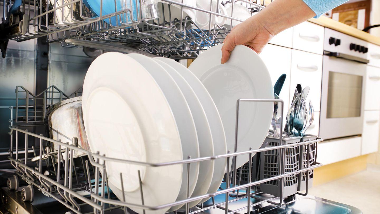 Räumen Sie das Geschirr richtig ein  Sie wollen, dass Teller, Besteck und Gläser richtig sauber werden? Dann müssen Sie das Geschirr so einräumen, dass alle Flächen vom Wasser getroffen werden kann. So vermeiden Sie, dass ein zweites Mal gespült werden muss.