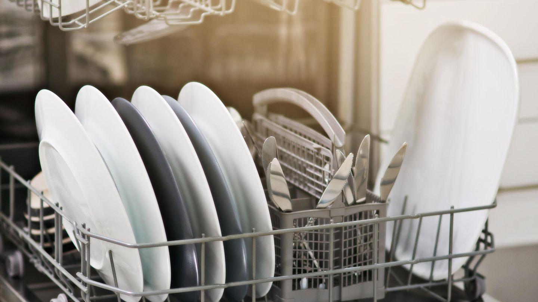 Klarspüler, Salz und Reiniger - achten Sie auf die Vorgaben des Herstellers  Sie wollen, dass Ihre Spülmaschine optimal sauber macht? Dann geben Sie je nach Bedarf Klarspüler und Salz in die Maschine, so wie es der Hersteller vorgibt. Nur so wird ihr Geschirr am besten gereinigt.