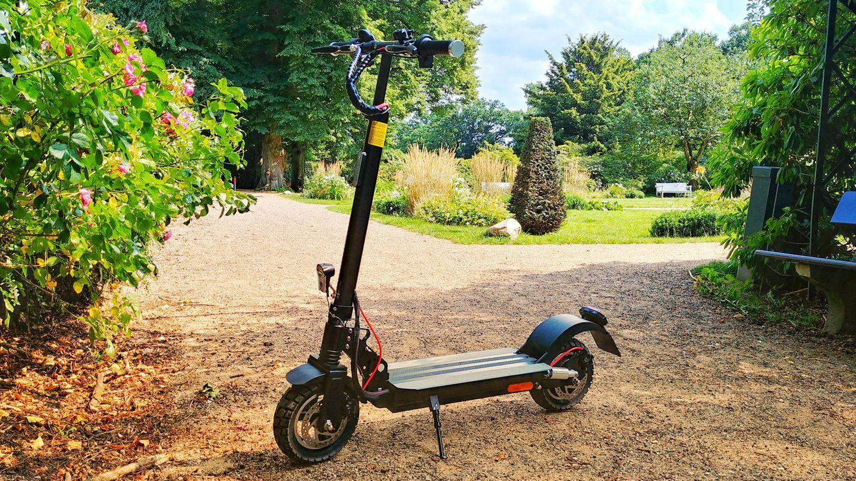 Wer mit dem Roller auch mal in den Park will, sollte keinen reinen Straßenroller kaufen.