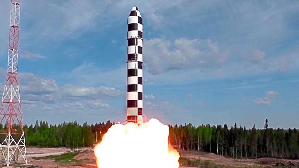 Start einer neuen RS-28 Sarmat Interkontinentalrakete. Reichweite: bis zu 17.000 Kilometer. Bewaffnung: bis zu 24 nukleare Sprengköpfe. Das Foto veröffentlichte das russische Verteidigungsministerium im Juli 2018.