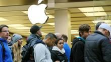 Für das iPhone standen die Kunden früher Schlange. Jetzt orientiert Apple sich neu.