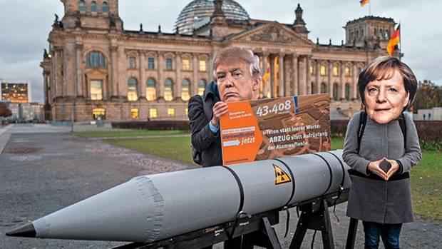 Protest gegen INF-Vertrag mit Trump- und Merkel-Maske