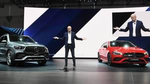 Dieter Zetsche präsentiert beim Genfer Autosalon Anfang 2019 den Mercedes-Benz GLA Shooting Brake (r.) und den AMG GLE 53