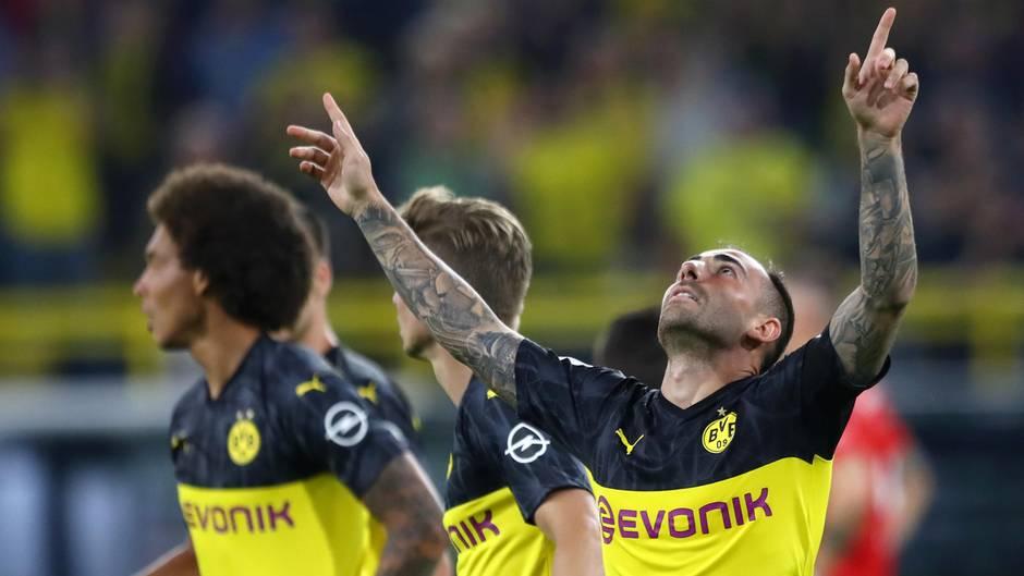 Alcacer und BVB-Spieler jubeln über 1:0 gegen FC Bayern im Supercup
