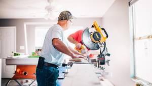 Handwerker in Haus