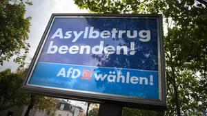 """Ein AfD-Wahlplakat mit der Aufschrift """"Asylbetrug beenden! AfD wählen!"""""""