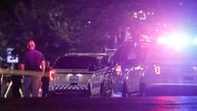 Einsatzfahrzeuge der Polizei am Tatort im beliebten Ausgehviertel Oregon in Dayton im US-Bundesstaat Ohio