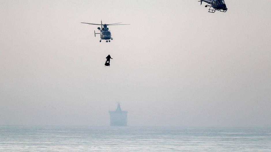 """Der französische """"Raketenmann"""" schafft es auf seinem """"Flyboard"""" über den Ärmelkanal"""