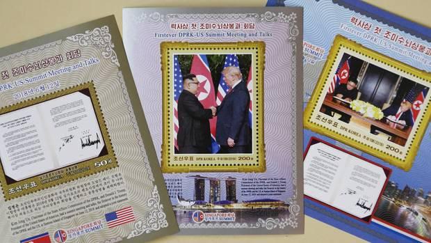 Vielleicht für die Sammlung? In Nordkorea kann man Briefmarken kaufen, auf denen Kim Jong Un und Donald Trump abgebildet sind.