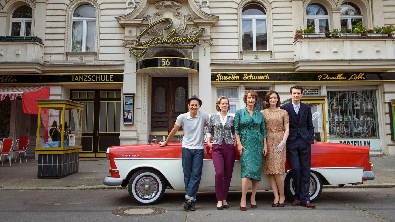 """""""Ku'damm""""-Schauspieler von links nach rechts: Trystan Pütter, Sonja Gerhardt, Claudia Michelsen, Maria Ehrich und Sabin Tambrea"""