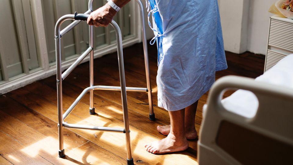Ein alter Mann im Krankenhaus