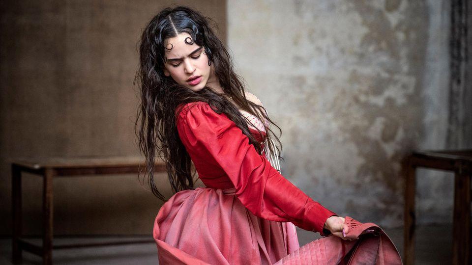 In diesem Jahr ist Vielfalt angesagt, und so wird die Veronesen Julia von Frauen aus verschiedenen Kulturen verkörpert. Hier ist es die spanische SängerinRosalía, die in ihremfeurig-roten Kleid die Geliebte des Romeo von ihrer leidenschaftlichen Seite zeigt.