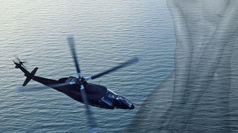 Ein Hubschrauber über dem Meer