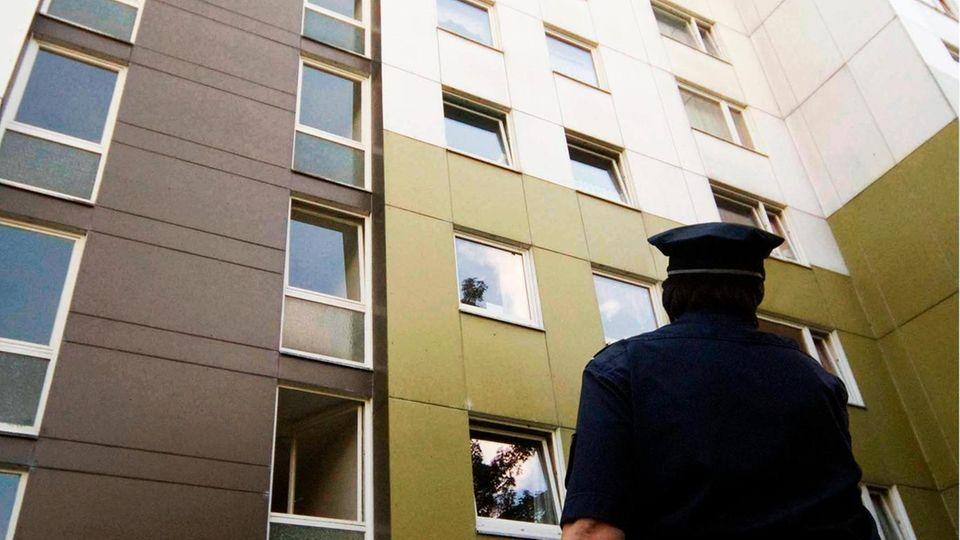 Polizist vor Haus