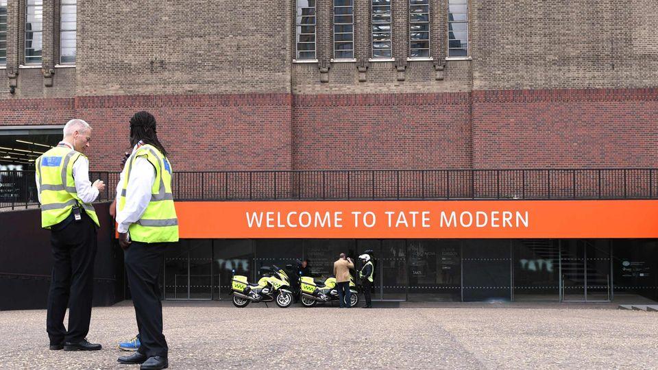 Polizisten stehen vor dem Tate Modern Museum in London