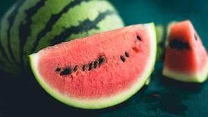 Eine Wassermelone liegt auf einem Tisch