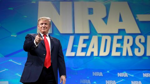 Donald Trump beieiner Rede auf der Jahrestagung der National Rifle Association (NRA)