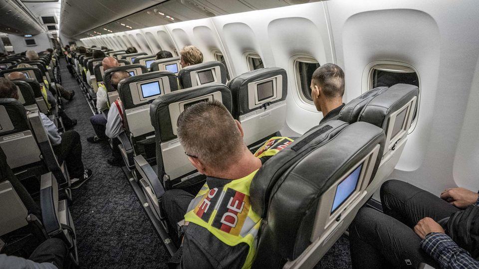Polizeibeamter sitzt neben einem Afghanen auf dem Flug von Leipzig-nach Kabul