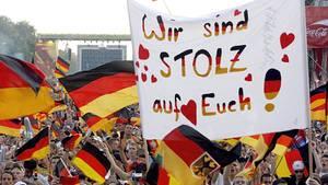 Deutsche Fans mit Fahnen jubeln auf einem Fanfest bei der Fußball-WM 2006