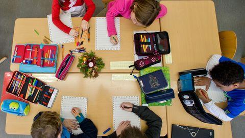 Schüler einer Grundschule schreiben