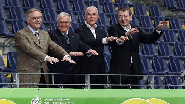 Horst R. Schmidt, Theo Zwanziger, Franz Beckenbauer und Wolfgang Niersbach schauen fröhlich
