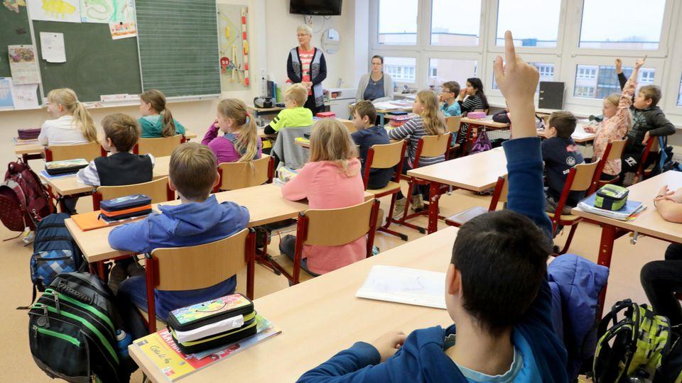 Schüler werden in einer Grundschule unterrichtet