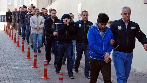 Türkische Polizisten führen verhaftetete Männer ab