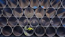 Ein Mitarbeiter prüft tonnenschwere Rohre für die Ostsee-Erdgastrasse Nord Stream 2 auf einem Lagerplatz