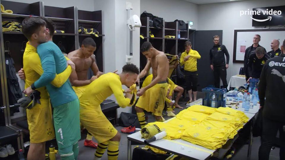 Inside Borussia Dortmund Trailer: Borussia Dortmunds Spieler tanzen und feiern nach einem Sieg in der Kabine