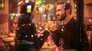 Ein Paar bei einem romantischen Date im Restaurant