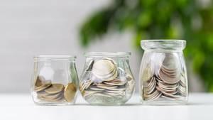 Kleingeld in Glasbechern