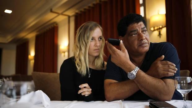 Betretene Mienen: Dr. Khalil und Assistentin Marion Lombard erfahren, dass der erste Rettungsversuch abgebrochen werden muss