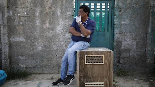 Nach der Aufregung raucht Dr. Khalil. An manchen Tagen raucht er vier Schachteln.