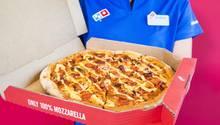Ein Domino's-Mitarbeiter hält eine Pizza in der Hand. Der Brexit könnte zu Lieferengpässen führen.