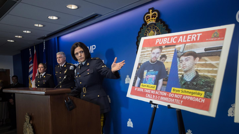 Die kanadische Polizei zeigt bei einer Pressekonferenz die beiden Gesuchten